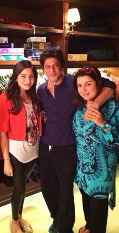 Embedded image permalink-Singer Kanika Kapoor with Shah Rukh and Farah Khan at Mannat.