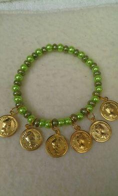 Manilla en perlas y monedas.