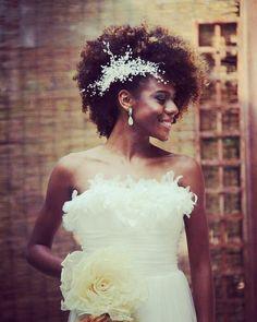 Equipe Sou Bride produz toda a beleza do grande dia... Noiva, mães dos noivos,madrinhas e o noivo ・・・ O altar do sonhos. Muito Glamour, delicadeza e sofisticação.  #inovar #veruskamotta #veruskamottaassessoria #eventos #casamento #casamentos #casarnapraia #casarnocampo #casamentosp #casamentospelomundo #noivadiva #casamento #casei#makeup noiva #noivo #assessora #assessoria #cerimonialista #cerimonial #tendencias #especial #casamentoperfeito #zankyou #vestidodenoiva #decor #weddingfilms…