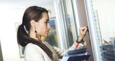 Będąc w pracy lub w urzędzie wielu z nas zastanawia się, czy wchodząc do zamkniętego pokoju czy gabinetu powinno się pukać do drzwi, czy też nie? Więcej na: http://www.krawatimuszka.pl/etykieta-w-biznesie/drzwi-pukac-czy-nie-pukac/