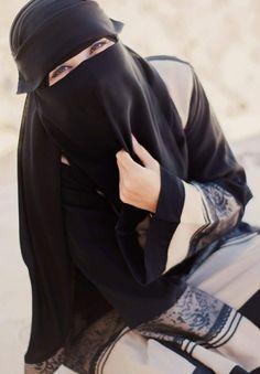 Her eyes are smiling 😉 Hijab Niqab, Muslim Hijab, Hijab Outfit, Niqab Eyes, Islam Muslim, Arab Girls, Muslim Girls, Muslim Couples, Hijabi Girl