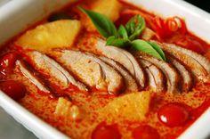 Ricetta tailandese: arrosto di anatra in salsa di cocco, curry, pomodorini e ananas. #cucinaorientale #ricette
