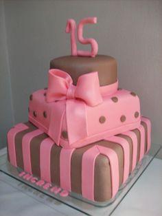 bolo rosa com marrom