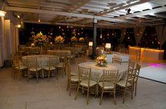 s mesas também podem ganham arranjos de diferentes formatos para deixar tudo ainda mais moderno!