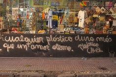 Reflexión sobre la Sostenibilidad. Calle Defensa, entre San juan y Cochabamba, en el barrio de San Telmo, Buenos Aires. Argentina.