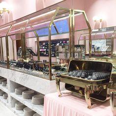 Style Nanda Pink Hotel 2/9   Térreo: buffet de make  . #3ce #stylenanda #stylenandapinkhotel #brocosplace