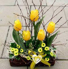 Easter Flower Arrangements, Easter Flowers, Beautiful Flower Arrangements, Tulips Flowers, Faux Flowers, Spring Flowers, Diy Easter Decorations, Flower Decorations, Diy Osterschmuck