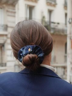 Chouchou à carreaux en jean - Fanny – Scrunchie is back Scrunchies, Band, Accessories, Fashion, Dark Jeans, Tile, Hair, Moda, Sash