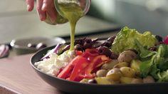 Ein guter Salat besteht zu zu einem Großteil auch aus einem guten Dressing. Bei den Salatzutaten empfiehlt sich Experimentierfreudigkeit: Von blanchierten Bohnen über Hähnchenbrust bis zum einfachen Blattsalat passt zu diesem sommerlichen Dressing-Rezept auf Basis von Zitrone und Parmesan so ziemlich alles.