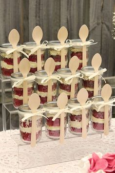 Kuchen im Glas - Людмила - cake pops cake Kuchen im Glas - Людмила - cake pops cake cake desserts ¿Quieres hacer postres en casa pero virtually no dispones de horno e no ght apetece usarlo? Cake In A Jar, Dessert In A Jar, Dessert Table, Mini Dessert Cups, Dessert Shooters, Dessert Bars, Mason Jar Desserts, Mini Desserts, Mason Jars