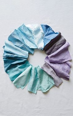 Make Your Own Natural Dyes With Fruits and Veggies Natural Dye Fabric, Natural Dyeing, Diy Natural Tie Dye, Tinta Natural, Shibori, Fabric Dyeing Techniques, How To Dye Fabric, Dyeing Fabric, Natural Clothing
