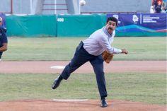 Lanza gobernador la primera bola en el juego de la final estatal de béisbol