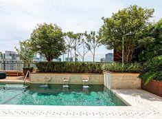 Jardim, piscina e boa marcenaria repaginam cobertura de 170 m²