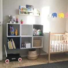 Lastenhuoneen hyllyksi valikoitui lopulta Ikean uusi Eket -sarja, jota on helppo muunnella ja jatkaa ylös tai sivulle lapsen (ja säilytystilan tarpeen) kasvaessa! #lastenhuone #lastenhuoneensisustus #childrenroom #babysroom #barnrum #barnrumsinspo #ikeasuomi #ikeaeket