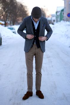Jacket: Ring Jacket, Trousers: Incotex, Cardigan: John Smedley, Shirt: United Arrows, Shoes: Ovadia & Sons, Bracelets: Viola.