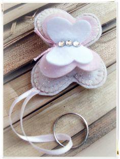 Chaveirinho de borboleta em tecido e feltro para lembrancinha. Lindoooooo!!! Veja outras dicas nos nossos painéis aqui no Pinterest. www.tudodebem.com.br