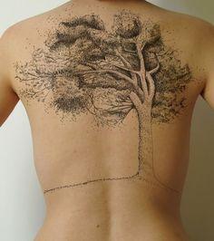 Ce tatoo dans le dos, un arbre tout en pointillés, est à la fois gigantesque et minutieux