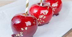 Wir verraten dir das Rezept für perfekt kandierte Liebesäpfel mit nur vierZutaten. Caramel Apples, Cherry, Fruit, Desserts, Halloween, Food, Pomegranate, Food Cakes, Eten