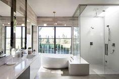 Un rêve pour bon nombre de raisons!! Cette maison contemporaine avec piscine en pleine nature est non seulement magnifique mais la vue qu'elle offre est à couper le souffle!! On regarde?