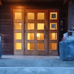 Solid teak entrance at Smögens havsbad. For more entrance doors visit www.Bovalls.com #smögen #västkusten #swedishdesign #bovallstrand #Dörrbyggeri #doors #teakdörr #hantverk #håndverk #onlydoors #dør