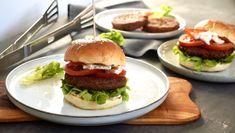 Vegetariánský burger Hamburger, Ethnic Recipes, Food, Vegetarian, Food Items, Essen, Burgers, Meals, Yemek