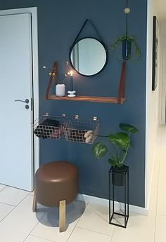 Blå væg i en lille entré. På væggen er der et spejl, kurve til opbevaring, planter og en brun puf Cute Apartment, Dream Apartment, Apartment Living, Yellow Paint Colors, Wall Colors, Decoration Entree, Small Entryways, Shabby Chic, Tiny House Design