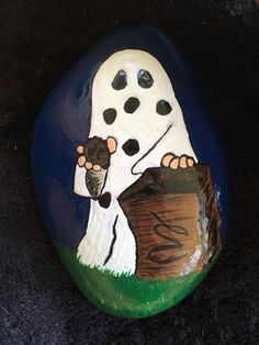 Halloween is favorite Holidays. There is something about the fun costumes, the spooky stories, and the sounds of leaves under the kid's feet. Painting rocks is a fun new way to create this holiday. There are Scary Halloween Painted Rock Ideas. Peanuts Halloween, Halloween Rocks, Halloween Season, Halloween Ghosts, Halloween Horror, Halloween Themes, Halloween Crafts, Witch Painting, Skull Painting
