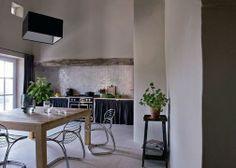 Il faut bien regarder les zelliges, ces petits carreaux au fond qui forment la crédence sur le mur de la cuisine, tout simplement magique avec un un jeu de lumière hallucinant.