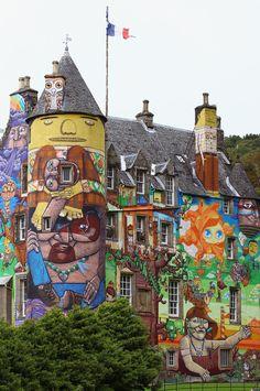 Kelburn Castle (XIII sec) - 35 miglia da Glasgow. Dal 2007 in parte decorata da celebri street artist brasiliani: Nina Pandolfo, Nunca and Os Gêmeos.