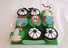These bicycle themed cakes will have you drooling at the mouth and aching for a good pedal. After all, we only came for the cake! Cupcakes For Men, Themed Cupcakes, Cute Cupcakes, 40th Birthday Cakes, 2nd Birthday Parties, Birthday Party Decorations, Birthday Ideas, Bicycle Cake, Bike Cakes