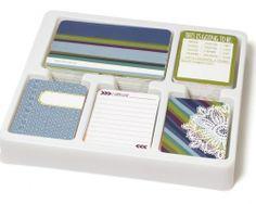 PROJECT LIFE - BECKY HIGGENS - CORE KIT 380036 - RAIN Project Life Core kit inneholder 616 kort totalt.Du får 500stk 3x4inch Journaling cards, 40 Bi-Fold Journaling cards, 8 First page Cards, 8 Last page Cards og 60stk 4x6inch Title Cards.Settet lar deg bygge side for side i albumet ditt og det er nok til å fylle et helt album i 12x12. Project Life er en veldig enkel måte å lage album på, da du legger kortene og bildene dine inn i tilhørende plastlo...