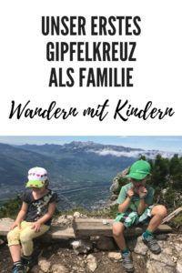 Unser erstes Gipfelkreuz: mit drei Kindern (eins davon ein Tragling) auf dem Alpspitz, Liechtenstein. Wandern mit Kindern. Über Motivation und nie aufgeben... #wandern #wanderlust #berge #kinder #familie #gipfelkreuz #motivation Summer Months, During The Summer, Hiking Trails, Dads, Activities, Explore, Kegel, Sport, Regional