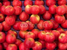 Frische rote Äpfel auf dem Wochenmarkt in Istanbul Erenköy im Stadtteil Kadiköy am Bosporus in der Türkei