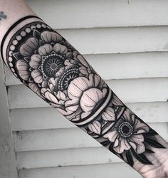 The perfect tattoos are the best art to express yourself. Whether on your arms, your neck, or your thighs, eye-catching tattoos are the ultimate decoration. Side Hand Tattoos, Arm Tattoos, Rose Tattoos, Arm Band Tattoo, Body Art Tattoos, Sleeve Tattoos, Black Sleeve Tattoo, Mandala Tattoo Design, Design Your Tattoo