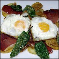 Huevos para romper con patatas jamón y pimientos del padrón. Buena opción para el sábado noche.