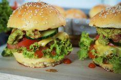 Fast Food Burger? NEIN! Wir machen unsere Burger lieber selbst. Mit frisch gebackenen Hamburgerbrötchen, selbst gekochtes Tomaten-Zimt-Ketchup, Guacamole, Rindfleisch-Patty und natürlich darf das frische Zeug auch nicht fehlen. Das Rezept findet ihr dazu auf meinem Blog www.ofenliebe-blog.de :-)
