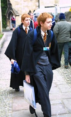 Behind the scenes shot of James and Oliver Phelps as George & Fred Weasley Mundo Harry Potter, Draco Harry Potter, Harry James Potter, Harry Potter Pictures, Harry Potter Universal, Harry Potter Characters, Harry Potter World, Draco Malfoy, Harry And Hermione Kiss
