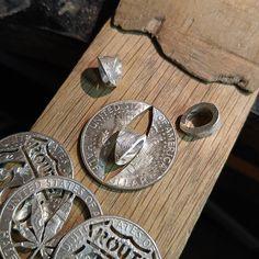チェーンを通すバチカンはご覧の部分から切り出して叩き丸めて作成しております #coinpendant #coin #pendant #coinjewelry #jewelry #silver #silvercoin #silversmith #silveraccessories #accessories #halfdollar #money #antique #vintage #cutcoin #necklace #usa #handmade #eagle Coin Jewelry, Jewelry Rings, Jewelery, Coin Art, Coin Ring, Jewelry Ideas, Diy And Crafts, Coins, Pendants