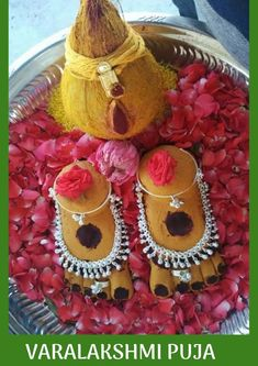 Varalakshmi Vratham is one of the eight most cardinal and widely celebrated festivals in the states of Tamilnadu, Andhra Pradesh, Karnataka, and Telangana. Thali Decoration Ideas, Diy Diwali Decorations, Festival Decorations, Flower Decorations, Indian Wedding Gifts, Desi Wedding Decor, Wedding Crafts, Silver Pooja Items, Pooja Room Design