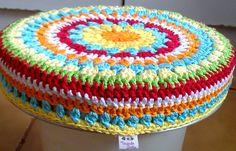 Crochet stool cover! Very cool!  Tecendo Artes em Crochet: Capa p/ Banquinho Redondo!