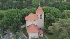 Budečská rotunda nedaleko Prahy je nejstarší stavbou na našem území. Překvapivě nepatří státu, ale již od svého postavení zůstává ve vlastnictví církve. Je ve velmi zachovalém stavu a denně dokonce přístupna veřejnosti. Navštívit ji můžete za pouhých 40Kč.