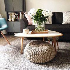 Un intérieur fleuri / Pouf en laine / Décoration salon