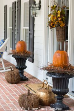 100 Cheap and Easy Fall Porch Decor Ideas - Porch Decorating Halloween Veranda, Halloween Porch, Fall Halloween, Rustic Fall Decor, Fall Home Decor, Autumn Home, Rustic Mantel, Rustic Farmhouse, Fall Planters