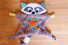 Raton-Laveur Raccoon, peluche façon doudou plat, fait main, personnalisable sur…