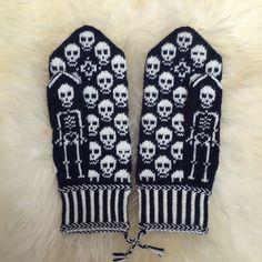 Calaveritas by JennyPenny Sweden AB Knitting Stiches, Knitting Charts, Knitting Patterns, Fingerless Mittens, Knit Mittens, Knitted Hats, Ravelry, Knit Dishcloth, Fabric Yarn