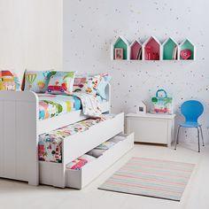 Una cama juvenil y moderna que será ideal para pequeños dormitorios, en los que quieras ganar espacio y comodidad. De líneas rectas, con acabados redondeados y mucha luminosidad, cuenta con una cama principal y otra auxiliar y dos cajones para que guardes todo aquello que necesites.