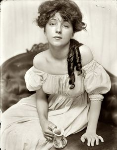 """Gertrude Käsebier, """"Miss N"""" Evelyn Nesbit, age brought to the studio by Stanford White. A chorus girl turned artists' model, Evelyn Nesbit was at the center of a huge scandal in 1906 when her husband killed her former lover, the architect Stanford White. Evelyn Nesbit, La Fille Gibson, Gibson Girl Hair, Stanford White, Charles Dana Gibson, Alfred Stieglitz, Karen, Women In History, Vintage Photographs"""