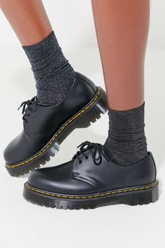 Doc Martens have been in style for almost 60 years, discover what made them so popular. We also discuss how to wear them in style! Dr Martens Outfit, Doc Martens Oxfords, Doc Martens Stiefel, Doc Martens Style, Dr. Martens, White Doc Martens, Grunge Style, Soft Grunge, Lace Up Shoes