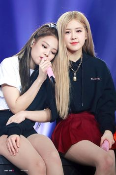 rose and jennie-blackpink Kpop Girl Groups, Korean Girl Groups, Kpop Girls, Divas, Yg Entertainment, K Pop, Rose Bonbon, Blackpink Members, Black Pink