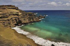 Una playa de arenas verdes en Hawai.Sus arenas son de color verde gracias a un mineral proveniente de cenizas volcánicas. Se llama Papakolea Beach, una bahía formada sobre un cono de cenizas volcánicas que desde hace miles de años son erosionadas por el mar.